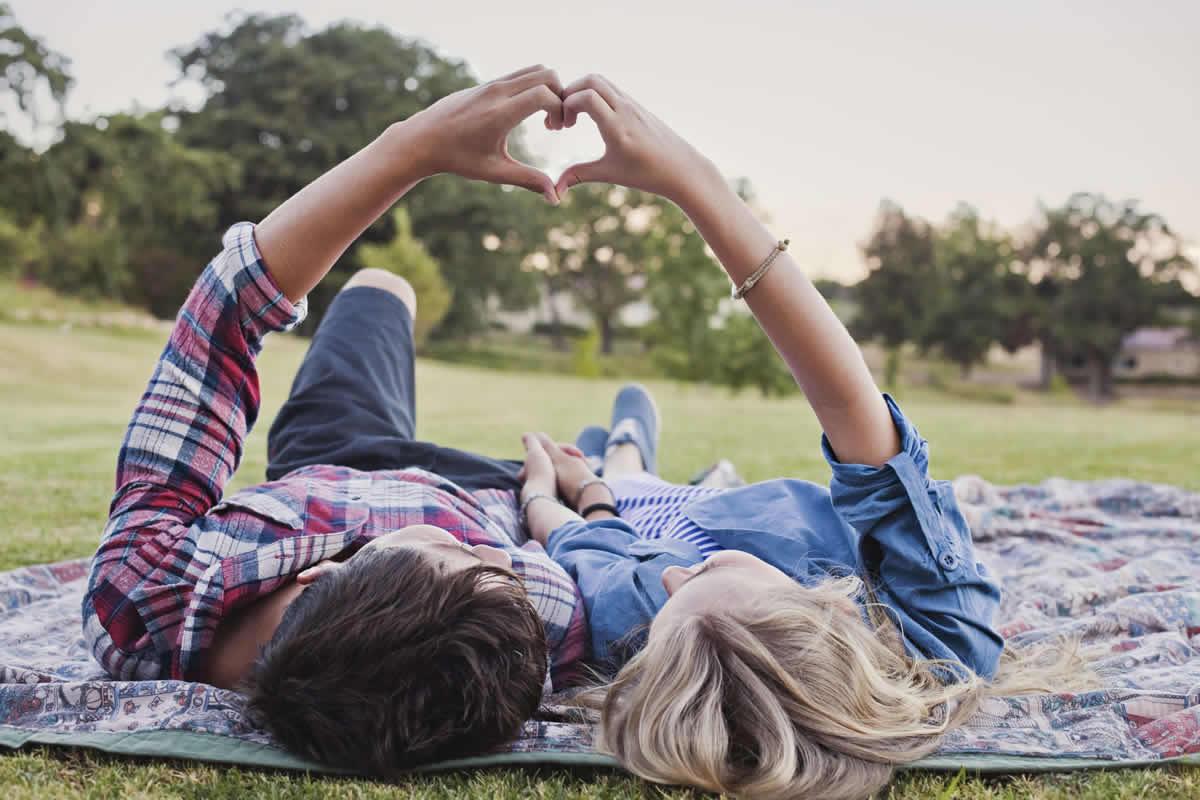 coppia di giovani innamorati