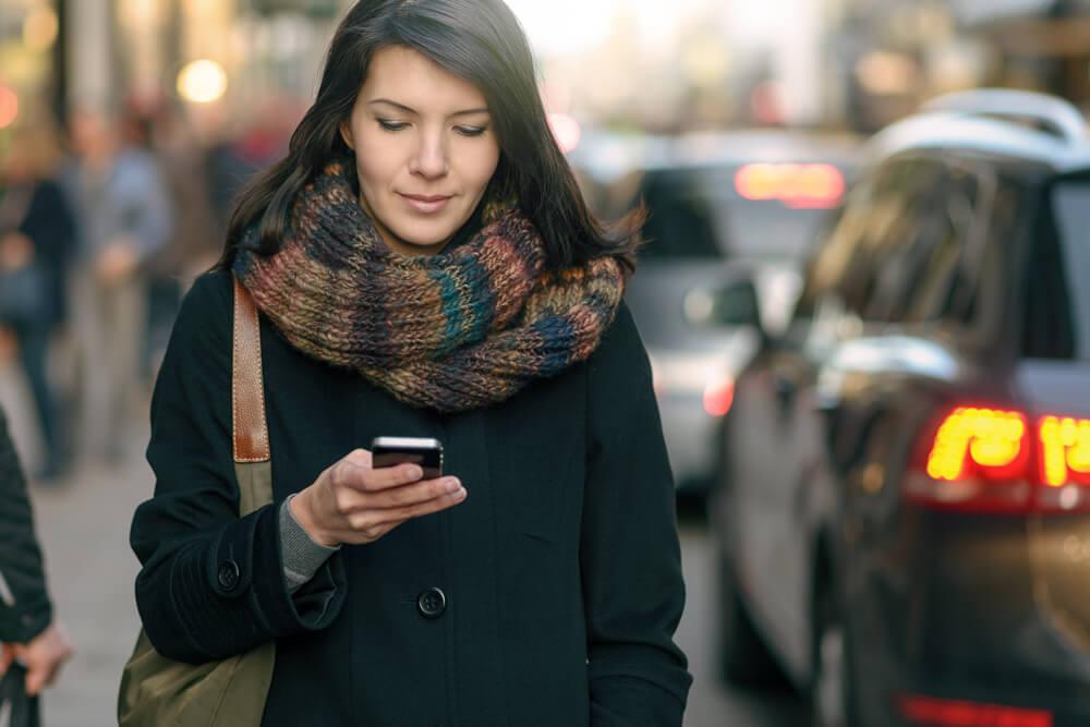 donna riceve sms