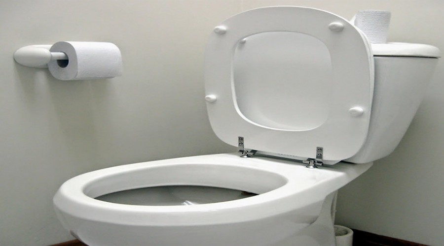 Non smaltire nel wc il preservativo usato