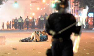 bacio vancouver riot kiss