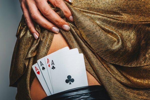 ragazza che gioca a strip poker